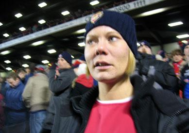 Sarah lite nervös i matchens inledning. Bland annat håll Jens Lehmann på att tappa in 0-1 på en bakåtpass...